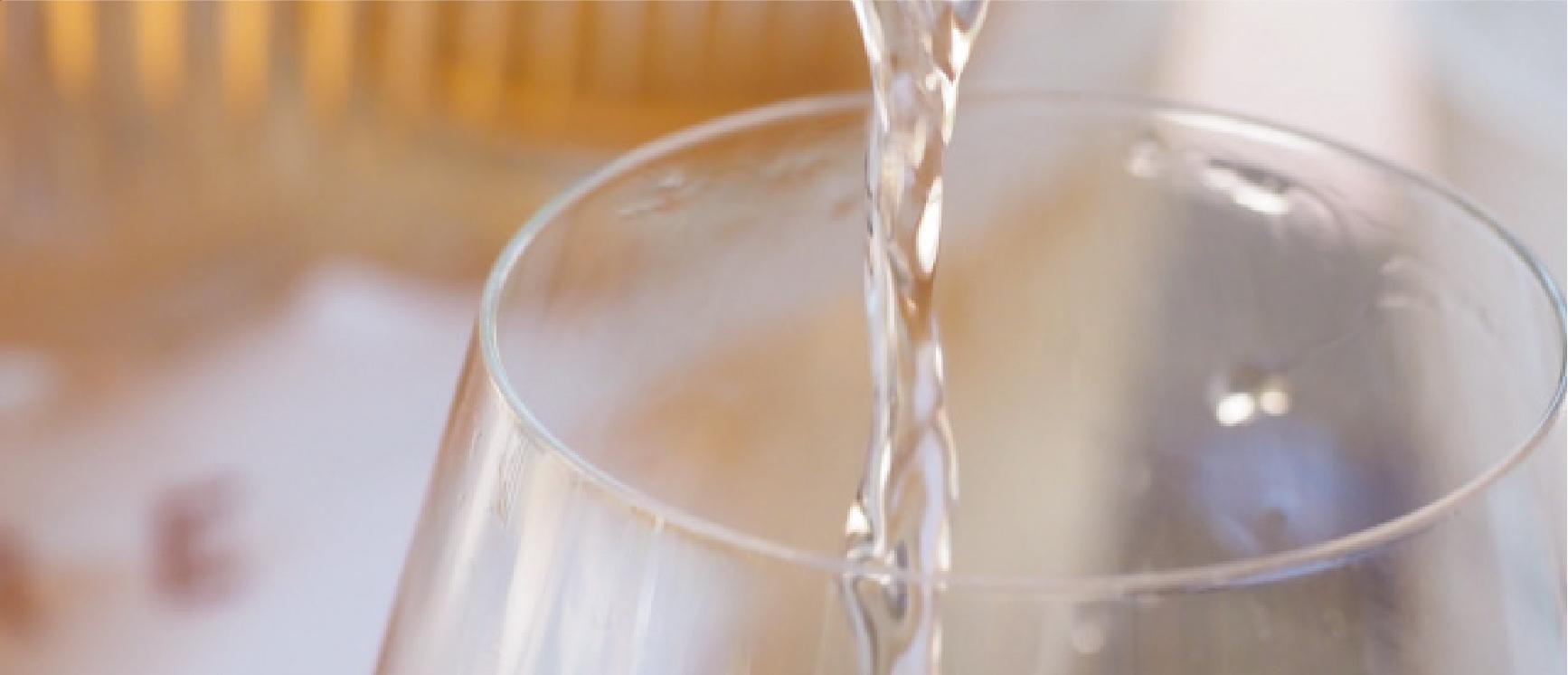 写真:グラスに注がれるロゼワイン